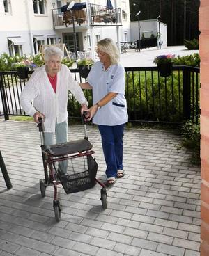 HÄRLIGT UTE. På Selggrensgården finns gott om uteplatser, balkonger                                         och en gräsmatta. Ingegerd Wedin tar gärna en promenad utanför huset med Birgitta Molander eller någon av hennes kolleger. Dessutom sitter hon mycket utomhus om det är fint väder.