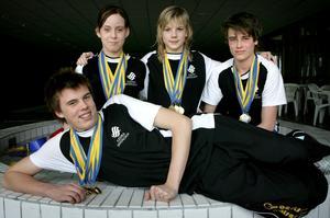 Medaljregn? Amanda Johansen, till vänster, tog i går Ludvika Simsällskaps första medalj i årets Sum-sim. Det är inte omöjligt att det blir fler innan helgen är slut, inte minst genom Josefin Lindkvist, till höger.