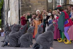 Råttfångaren från Hameln spelas på stadens gator.