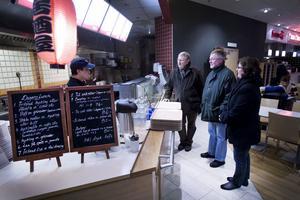 """Roland Ericsson, Urban Sjölander och Marina Alfredsson Bror var några av de centerpartister som gick en """"momspromenad"""" i Gävle på tisdagen. På Woki Woki vid Nians mattorg fick de svaret att priset på dagens lunch-rätterna sänkts med några kronor på grund av momssänkningen."""