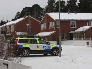 EXPLOSIVT. I bostadsområdet i Andersberg hämtade polisens bompatrull på onsdagskvällen explosiva ämnen hos en boende. Ännu på torsdagen pågick polisutredningen. (Fynden gjordes inte i något av husen på bilden)