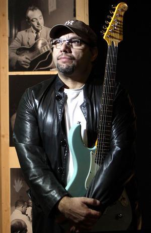 Franske gitarristen Birèli Lagrène mellanlandar med sin Quartet i Härnösand och Örnsköldsvik på väg till kulturhuvudstadsinvigningen i Umeå.