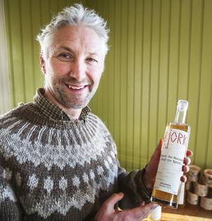 Bjorkvin heter företaget och den nylanserade produkten är en björksavspéritif som, David Hassan från Skottland, stolt visar upp ett exemplar av.