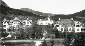 En tidig bild från när Åre började byggas ut med riktiga hotell. Här syns Grand, Åregården samt det vita hotellet i mitten. Det fick sedermera namnet Sporthotellet men hette från börjanNya Grand eller kort och gott Nya hotellet.