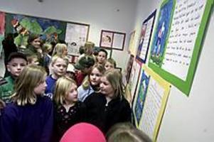 Foto: LASSE WIGERTLäsglädje. Malin Olsson, Natalie Ramstadius och Elina Söderberg i klass 4 tycker om att läsa. Minst en kvart varje kväll. - Genom att läsa får du bättre fantasi, säger Natalie.
