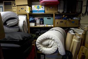 """Ett garage fylls snabbt med prylar som kan vara """"bra-att-ha"""", som det """"inte-är-nå´t-fel på och som """"ska-slängas"""". Det är lätt att allt sedan blir kvar, år efter år. Tills den dag man bestämmer sig för att rensa i röran.   Foto: Leif Wikberg"""