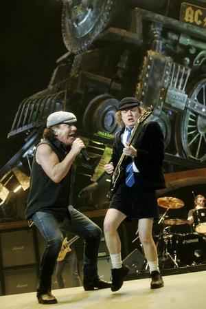 AC/DC:s tunga rock'n'roll-tåg rullade in på perrongen i Globen med en explosion.