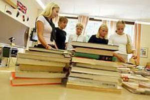 Återbruk. Second hand-försäljning till förmån för Unicef var en av aktiviteterna under miljödagen. Charlotte Lundkvist, Sofie Strindberg, Emily Andersson, Anna Stensson och Madelaine Gunnarsson samlades runt de begagnade böckerna.