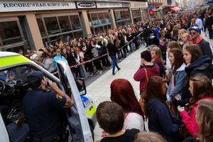 Hysteriskt. Polisen fick komma till Drottninggatan i Stockholm för att lugna fansen när One Direction besökte Sverige senast.