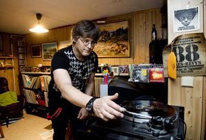 Per Kjellin säger att han lyssnar på allt från Pantera till töntpop. Bredvid datorn har han klistrat fast post it-lappar med namn på låtar han har hört på P3 och som han tycker är värda att kolla upp. Men mest blir det gammal musik. Och gärna på lp.