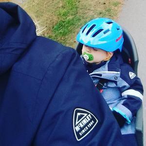 Lilla killen somnade i cykelsitsen påväg hem från förskolan. Jobbigt att leka.