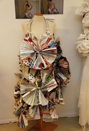 Rebecka Linds klänning består av dagstidningar och modemagasin och har använts vid en modevisning.