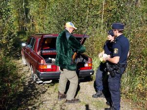 """""""Inte hade man väntat sig polisbesök i älgskogen"""", säger Bertil Larsson från Bräcke när Mari Brodin och Daniel Sjölund bad att få se Bertils vapen."""