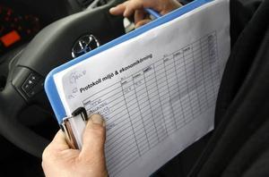 Kursledaren Johan Piwell förde protokoll över hur mycket bränsle alla förbrukade. Sedan räknade han ut hur mycket kursdeltagarna kan spara genom att köra mer sparsamt.