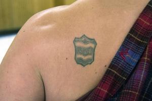 Som tonåring tatuerade Österholm in Kovlandsloggan på ena skuldran.
