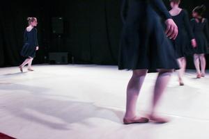 Kulturskolan i Gävle är i Viksjöfors och dansar.