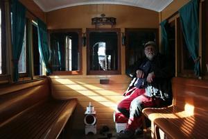 modern för sin tid. Christer Lundquist i kungavagnen. Vagnen var modern och bekväm för sin tid, på 1880-talet och den hade värme. Från ångloket leddes värme in i vagnen och det fanns fönster med gardiner och träjalusier som kunde dras för som skydd för solen.