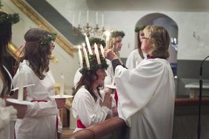 I Bjuråker krönte kyrkoherde Lena Funge Dellenbygdens lucia Beatrice Dahlgren.