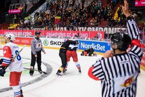 I bakgrunden syns hur Daniel Paille ligger kvar efter smällen mot huvudet. Foto: Simon Hastegård / BILDBYRÅN