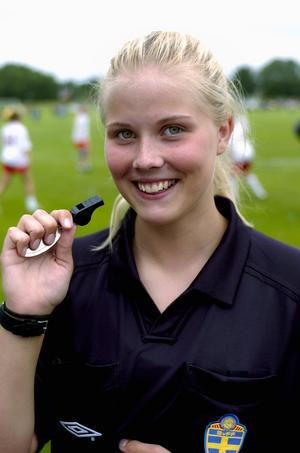 Handbollsspelande fotbollsdomare. Sanna Olsson dömer under veckan i Dalecarlia cup. Vid sidan av dömandet är hon också en av Sveriges mest lovande 91:or i handboll. Foto:Jan Dalevall