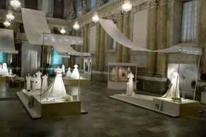 Klänningar, myrtenkvistar och riskorn  – en utställning om kungliga brudklänningar.