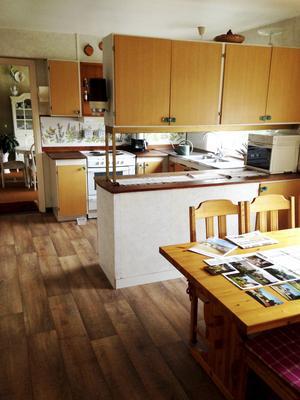 Så här såg köket ut innan Maria och Mathias renoverade. Väggen mot det gamla finrummet har rivits och nu har familjen sin matplats där.