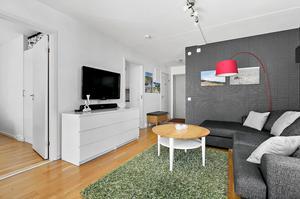 Vardagsrummet. Det är lätt hänt att ett hem fylls upp till brädden med den mängd prylar det finns ytor och förvaringsutrymme till, men inte hemma hos Elisabeth Byström och Johan Ernfors.