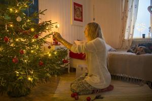 """Jonna Jinton firar jul hemma i Grundtjärn – tillsammans med två hundar och en katt. Det blir annorlunda att inte vara med familjen, men hon ser ändå fram emot det. """"Det känns magiskt att få vara här"""", säger hon."""