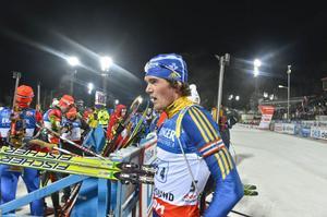Fredrik Lindström får fortsatt nära till premiären i skidskyttevärldscupen. Sent på söndagens avslöjades det att Östersund får köra starttävlingarna i minst fyra år till.