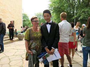 EN BRAGD. Habib Gholami tillsammans med resursläraren Katharina Palmqvist som öser beröm över honom.