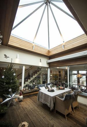 Det som är mest unikt med villan på Mariedalsvägen är detta atrium – ett uterum mitt i huset.