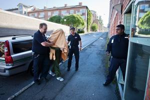Arkivbild: Fasadklättraren på väg in till Östersunds tingsrätt 2012. Han hade tidigare anhållits i sin frånvaro och frivilligt anmält sig på polisstationen i Borlänge.
