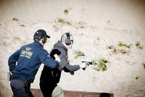 En av medlemmarna från Borlänge in action vid Gräsmossens skjutbana. RO:n (Range Officer) håller koll på såväl tiden som att skytten följer de stränga säkerhetsreglerna.