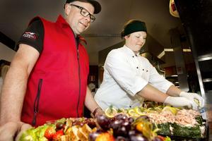 Sponsring och affärer. Engagemanget för idrotten och VSK:s Västerås affärsnätverk har gett nya cateringkunder och handlaren Mats Andersson och dotter Matilda, som styr över kök och mat, mera jobb.
