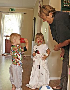 Full fart. Två dagar har inskolningen till Rävlyan pågått och Marianne Olofsson kan konstatera att det redan är fullt fart på barnen Texas Olofsson och Isa Schüttman.