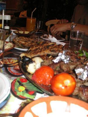 Internationella smaklökar. Här finns mat från världens alla hörn, bilden visar en libanesisk lunch med grillat kött, hummus och