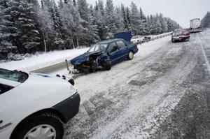 I olycksbilen färdades två personer som fördes till sjukhus med amulans.Foto: Ulrika Andersson