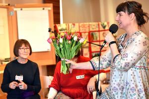 Kattis Karlsson Nordqvist, Dalarnas Hemslöjdsförbund, delade ut blommor till syjuntan.