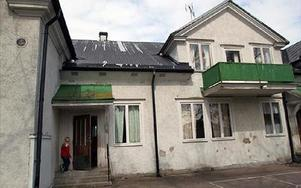 Den gamla vita skolan i Myrbacka ska rivas när kommunen satsar på en om-och tillbyggnad av tegelbyggnaden. FOTO:LEIF OLSSON