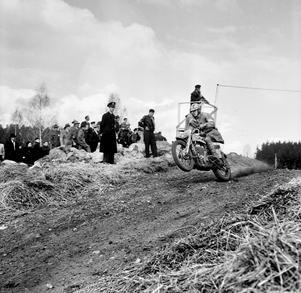Motocross på Råby. Stig Holmberg fräser fram ungefär där Råbykorset ligger i dag.