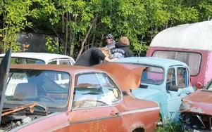 De äldre fordonen på bilskroten tycktes mer intressanta än de nyare kärror som skrotats. Foto: Eric Salomonsson