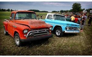 En rad med blandade fordon fanns att beskåda, som dessa två Chevrolet pickuper från svunna tider.FOTO: MIKAEL ERIKSSON