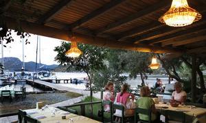 Restaurang Aurora på Selimiye ligger fint nära båten. Här går det också att bunkra lite om det behövs.