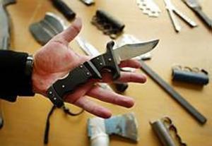 Foto: LARS WIGERT Farliga och olagliga. Yxor, långa knivar, korta knivar, egentillverkade skärverktyg. Bland Gävlepolisens beslag finns alla upptänkliga varianter.