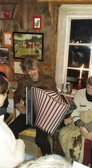 Klint-Olle spelade dragspel.