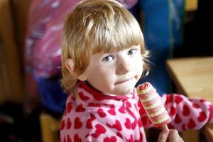 Inne i värmen njöt Maja Möbius av glass på Forsa forngård, medan regnet föll utanför.