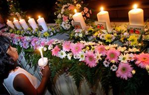 Många runt om i världen hedrade tsunamikatastrofens offer på Nyårsafton. Här i Thailand.