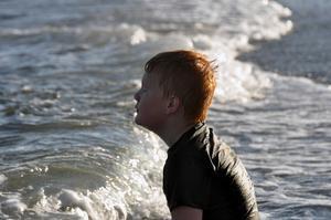 En härlig bild på min son från Skagen. Vi tog en promenad till stranden på kvällen och han kunde inte motstå att bada(med kläder). Gissa om han njuter!!!!