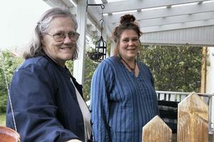 Ulla-Stina och Ulrika Fagernäs planerar för en minimässa för konsthantverkare i sin egen trädgård. Den 4 juli är det dags.