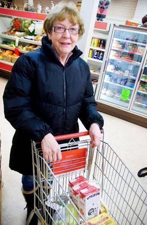Erna Östborg tycker att den svenska mjölken är bättre –och billigare.